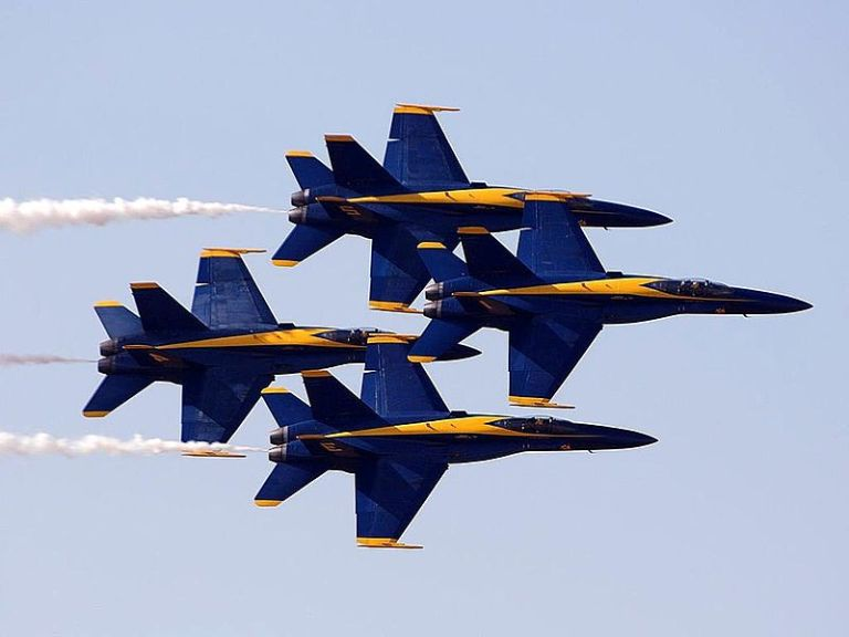 800px-Blue_angels_performing_at_the_Miramar_air_show.jpg